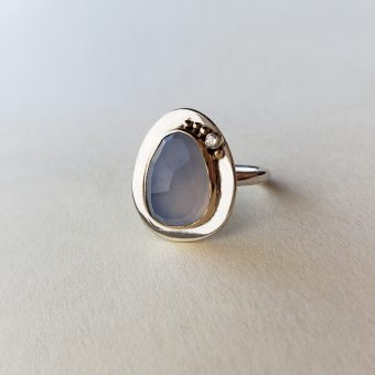 Magpie ring chalcedony